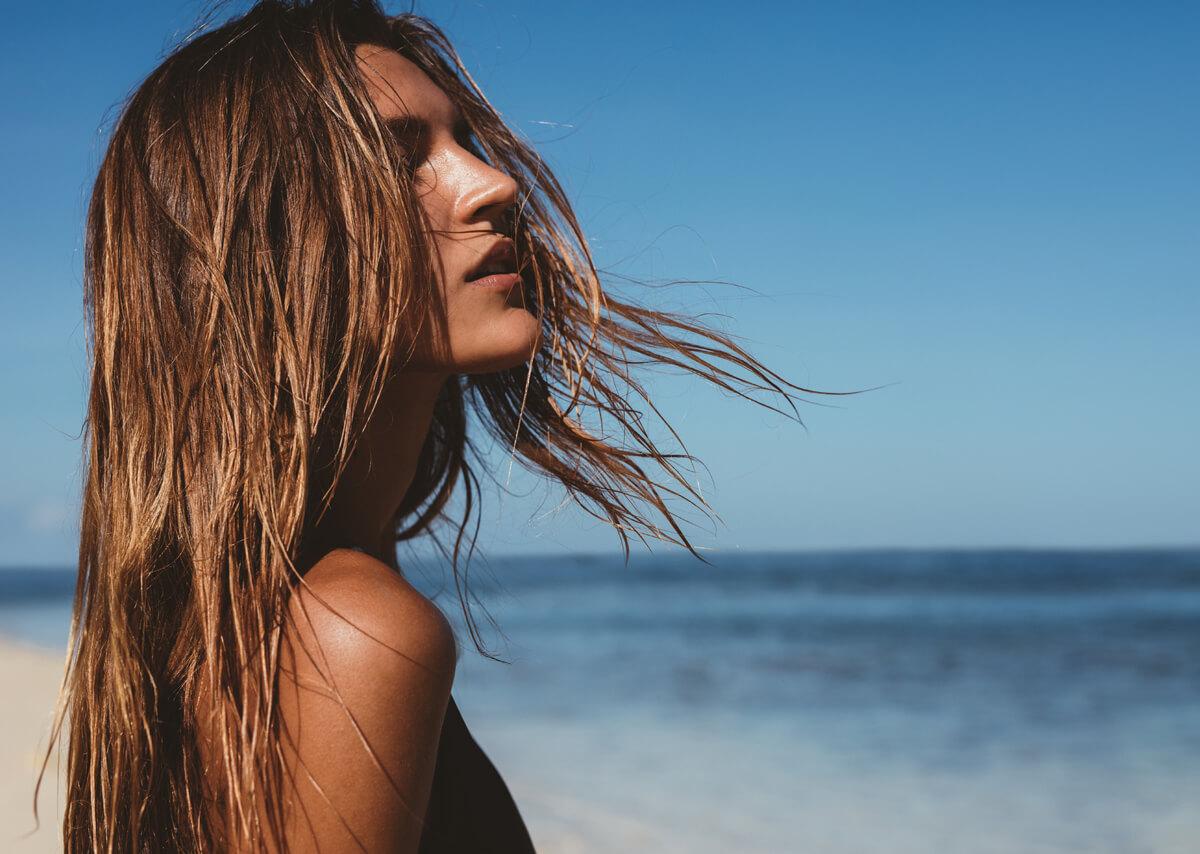 Caduta capelli in estate che fare? Cause e possibili rimedi